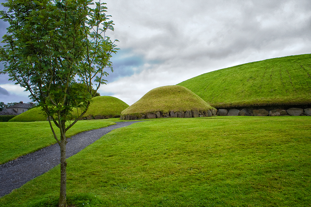 Satellite cairns in Knowth